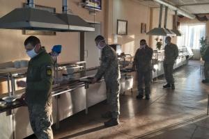 Карантинні правила: солдати у військових частинах їдять по одному за столом