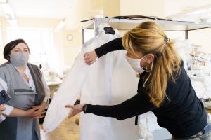 Дві фабрики у Вінниці почали шити захисні комбінезони для медиків
