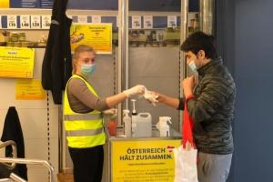 Карантин по-австрійськи: супермаркети роздають покупцям маски