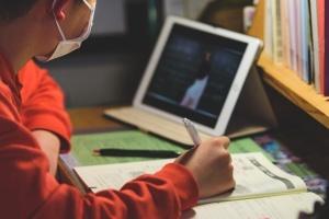 У низці міст України через COVID-19 учнів знову переводять на дистанційне навчання