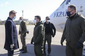 Präsident Selenskyj besucht Feldlazarett in Oblast Donezk