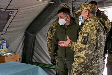 Zelensky visita el campamento del hospital militar móvil en la región de Donetsk
