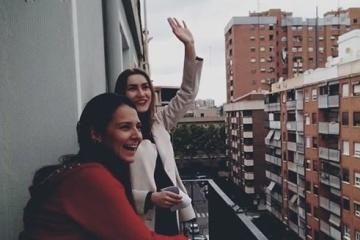 Yulia Safonova da conciertos desde el balcón en Valencia