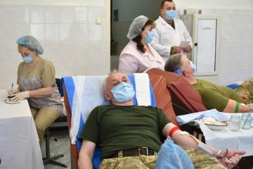 ウクライナ軍幹部、兵のために献血