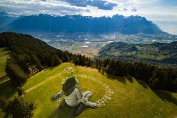 В Альпах з'явилася гігантська картина на тему боротьби з пандемією