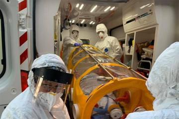Corona-Infizierte Person wird erstmals in hermetischer Kapsel transportiert
