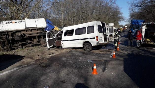 На Кіровоградщині зіткнулися мікроавтобус та вантажівка, семеро постраждалих