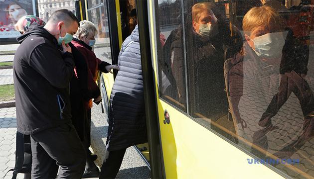 В Кропивницком пара, которую не пустили в салон без масок, разбила лобовое стекло автобуса