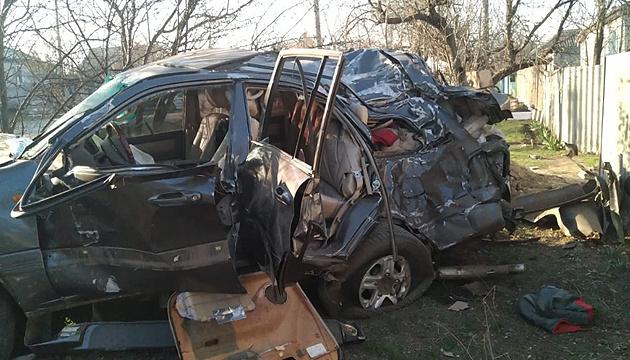 На Луганщині Toyota врізалася у бетонну опору, двоє загиблих