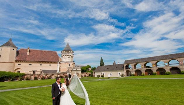 В Австрії заборонили більше десяти осіб на похоронах та п'яти - на весіллі