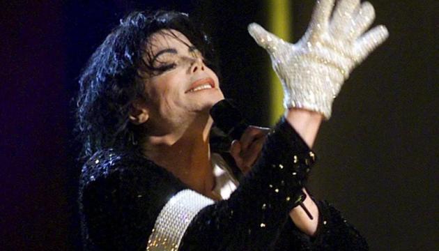 Легендарну білу рукавичку Майкла Джексона продали за $100 тисяч