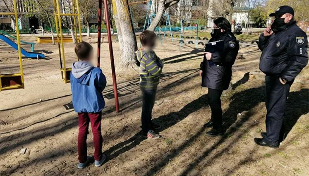 На Херсонщині оштрафували батьків, чиї діти самі гралися біля під'їзду