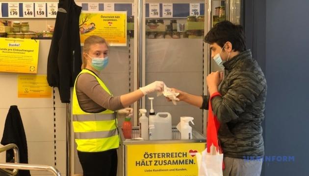 Карантин по-австрийски: супермаркеты раздают покупателям маски
