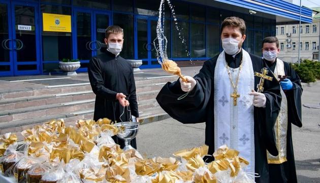 У Києві освятили 10 тисяч пасок для малозабезпечених
