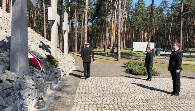Дипломати України та Польщі вшанували пам'ять жертв сталінських репресій у Биківні