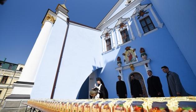 В Михайловском Златоверхом освятили три тысячи пасок для военных