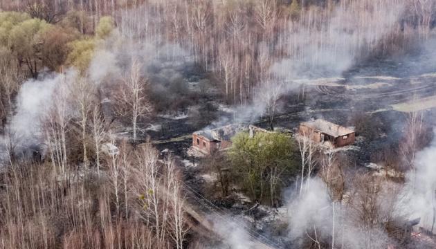 Під Чорнобилем тліє трава - пожежники досі гасять кілька осередків