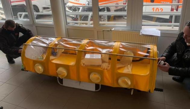 Компрессор и фильтры для обеззараживания: в Украине создали капсулу для перемещения больных