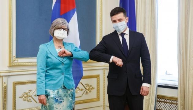 Sin apretones de manos y con mascarillas: Zelensky acepta las cartas credenciales de embajadores de tres países