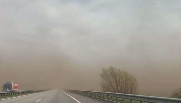 Скоро увидим ясное небо: эксперт говорит, что пылевая буря уже уходит из Украины
