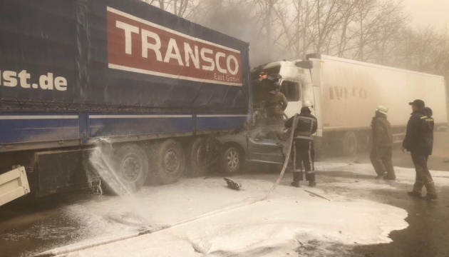 Під Києвом зіткнулися відразу шість авто, є загиблі і травмовані