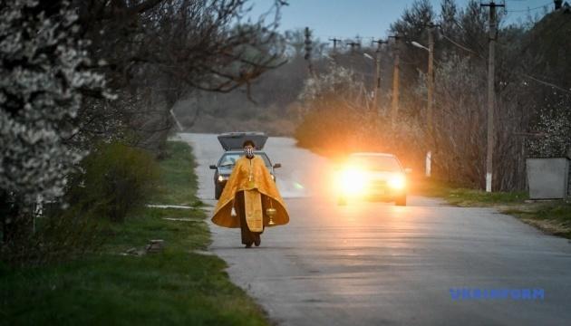 На Запоріжжі у селах священники святили паски на вулицях