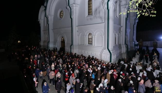 Всіх, хто був у Святогірській лаврі на Великдень, хочуть протестувати на COVID-19