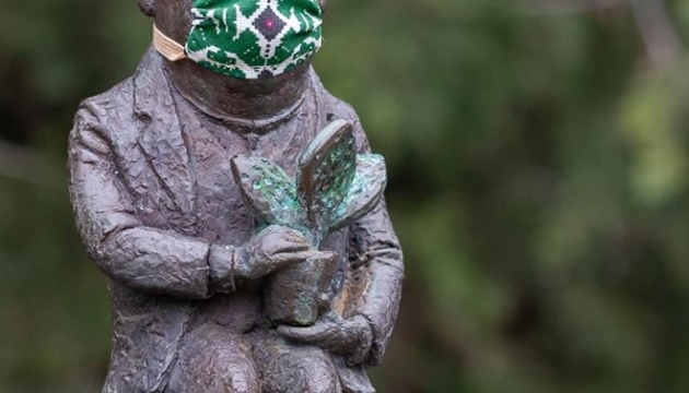 Ужгородські мініскульптурки надягли маски