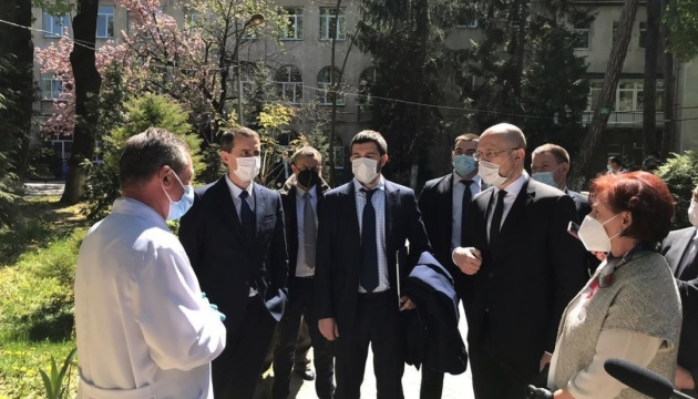 Шмыгаль на Закарпатье посетил областную больницу и пункт пропуска