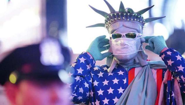 Американцям радять носити маски навіть після щеплення