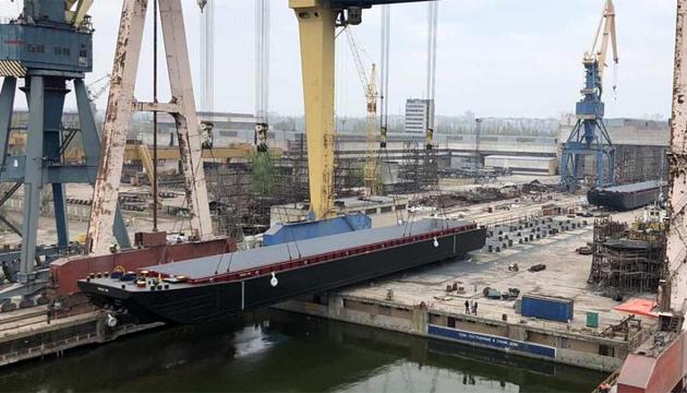 У Миколаєві спустили на воду великогабаритні баржі, виготовлені для міжнародної компанії