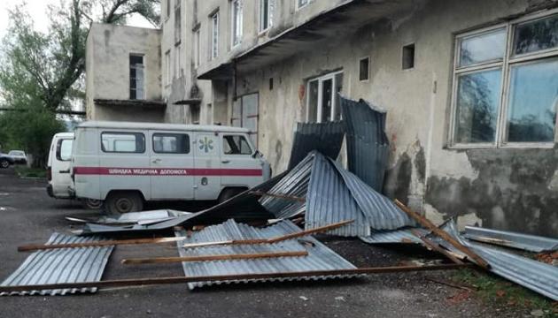 Ураган на Закарпатье сорвал крышу с больницы и РГА