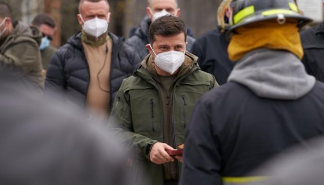 Зеленский наградил спасателей, тушивших пожар в Чернобыльской зоне