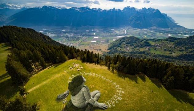 В Альпах появилась гигантская картина на тему борьбы с пандемией