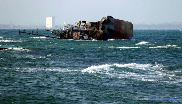 Море біля танкера Delfi брудніше за норму в 16 разів