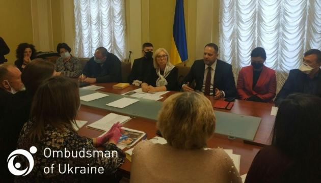 イェルマーク大統領府長官、集会開催の被拘束者親族と面会
