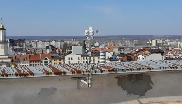 У Франківську на даху будівлі міськради встановили метеостанцію
