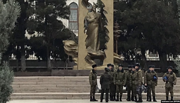 В Туркменистане старшеклассников забирают в армию из школы