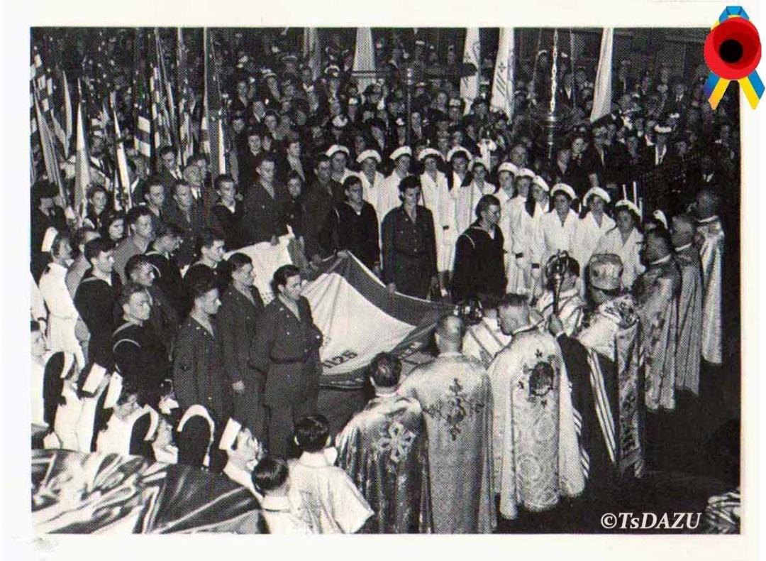 Участь українських вояків та медичних сестер збройних сил США у церемонії посвячення прапора в українській католицькій церкві Св. Юра в Нью-Йорку, 1943 р.