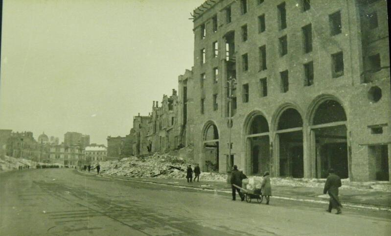 ... а тут нині прохід з Хрещатика на вул.Лютеранську під арками (вдалині видно Олександрівський костел)