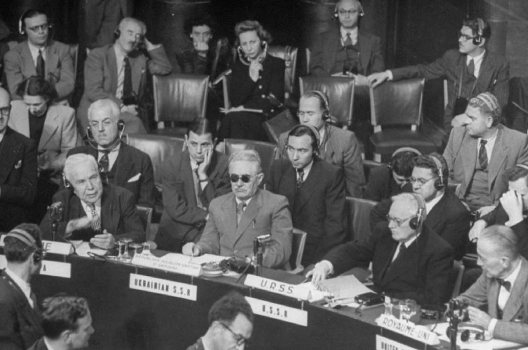 Дмитро Мануїльський (у чорних окулярах) на засіданні ООН