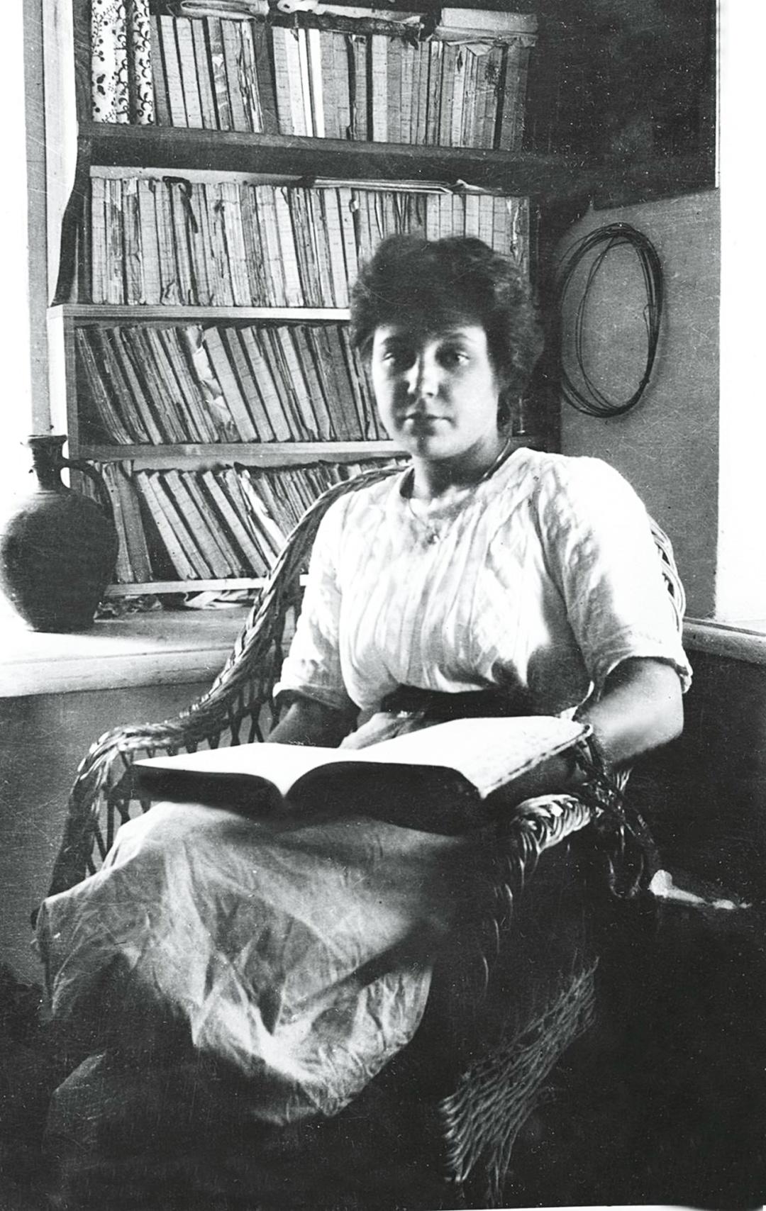 Марина Цветаева в зимнем кабинете. Фото 1911 г.