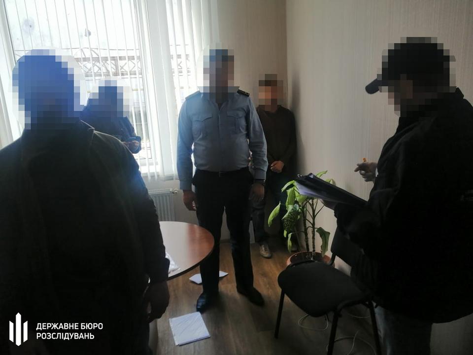 Двом посадовцям одеської митниці повідомили про підозру в хабарництві