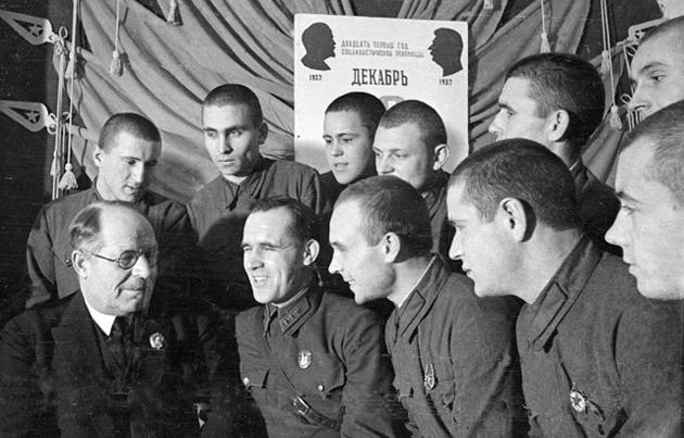Професор Микола Нилович Бурденко зустрічається з бійцями Пролетарської дивізії, 1938 р.