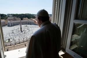 Папа Римський прочитав першу після карантину молитву на площі Святого Петра