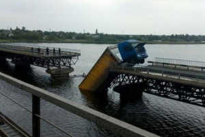 Укравтодор обещает понтонную переправу возле моста, который обвалился в Алексеевке