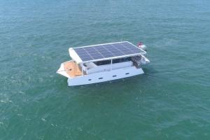"""У Сінгапурі представили електрояхту, яка пливе """"нон-стоп"""""""