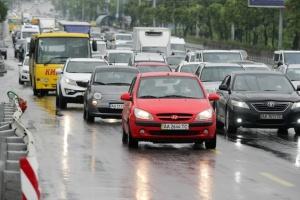В Украине с 1 октября водители автомобилей должны ездить с включенными фарами