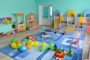 Родители в масках и без мягких игрушек - правила работы столичных детсадов