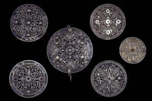 В Британии нашли серебряную брошь возрастом более тысячи лет
